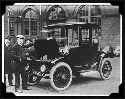 americanhistory.si.edu, Edison and an electric car, 1913 To Edison and others, electric cars seemed preferable to finicky, smoking gasolene-powered cars. However, refinements to internal-combustion technology brought performance advantages that early battery-powered cars could not match.