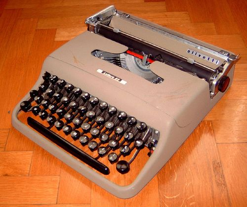 Olivetti Lettera 22 (first model) typewriter. Photo by LjL, courtesy Wikimedia Commons.