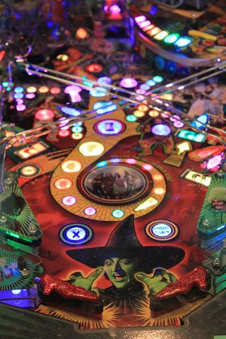 The machine features high-quality special effects inspired by the iconic film. Can you keep the pinball from the Wicked Witch's clutches?