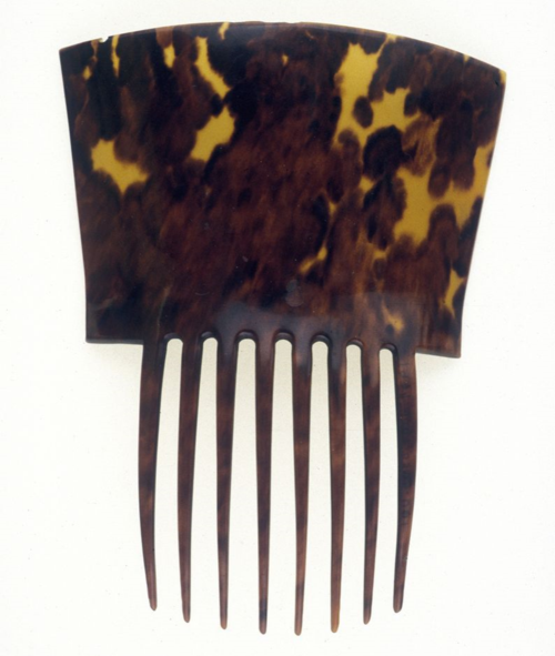 This tortoiseshell woman's hair comb dates from the 19th century. It is part of the museum's Teodoro Vidal collection.