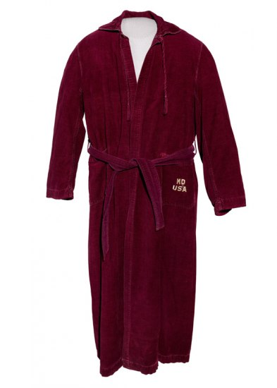 "Bathrobe with ""MD USA"" embroidered on pocket"