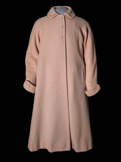 Pink coat with collar and round buttons