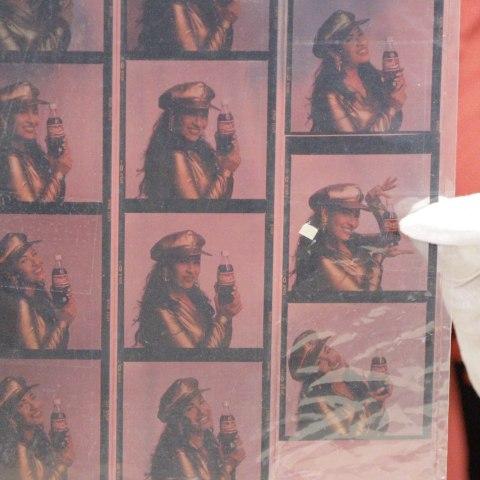Foto transparencias de Selena con botellas de Coca-Cola